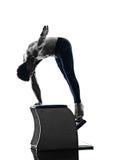 A cadeira dos pilates do homem exercita a aptidão isolada Fotos de Stock