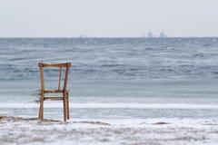 Cadeira e Barsebäck no horizonte Imagens de Stock Royalty Free