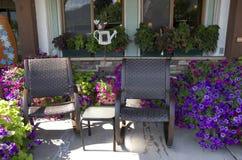 Cadeira e flores de jardim Fotos de Stock Royalty Free