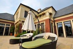 Cadeira e guarda-chuva de plataforma da casa de campo Imagem de Stock