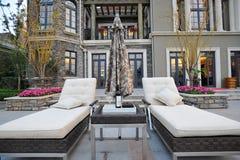 Cadeira e guarda-chuva de plataforma da mansão Fotografia de Stock