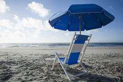 Cadeira e guarda-chuva de praia no oceano Imagem de Stock