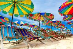 Cadeira e guarda-chuvas de praia na praia foto de stock