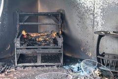 Cadeira e mobília na sala após queimado pelo fogo na cena o da queimadura imagens de stock