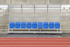 A cadeira e o pessoal da reserva treinam o banco no estádio do esporte Fotos de Stock Royalty Free