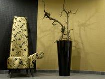 Cadeira e planta luxuosas imagens de stock