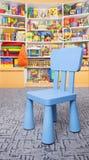 Cadeira e prateleira com brinquedos Fotografia de Stock