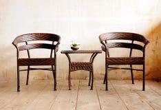 Cadeira e tabela bonitas do rattan Fotografia de Stock Royalty Free
