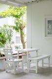 Cadeira e tabela brancas fotografia de stock
