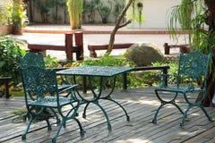 Cadeira e tabela no jardim Imagens de Stock Royalty Free