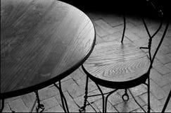 Cadeira e tabela vazias Fotografia de Stock