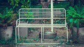 Cadeira exterior do pátio do branco de jardim foto de stock royalty free