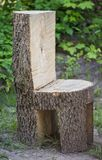 Cadeira feia robusta feita do tronco de árvore inteiro Imagem de Stock Royalty Free