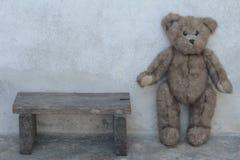 Cadeira lateral do suporte bonito do urso de peluche Fotos de Stock Royalty Free