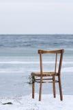 Cadeira lavada em terra e revestimento o oceano Fotografia de Stock