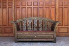Cadeira longa do braço do vintage no assoalho Imagem de Stock Royalty Free