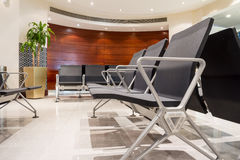 Cadeira na entrada do aeroporto imagem de stock