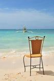 Cadeira na praia branca da areia imagem de stock
