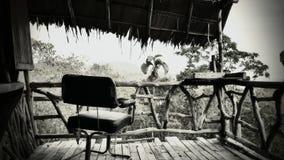 Cadeira no ø nível no bungalow de Ghost na selva imagem de stock