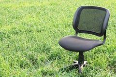 Cadeira no campo Imagens de Stock Royalty Free