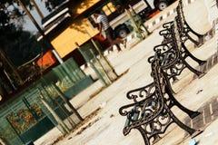 Cadeira no jardim Cadeiras de sala de estar clássicas confortáveis de relaxamento do metal do projeto na borda da estrada Cadeira imagens de stock