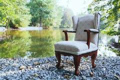 Cadeira no lago Fotografia de Stock Royalty Free