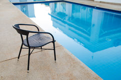 Cadeira perto da piscina Foto de Stock