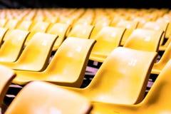 Cadeira plástica com todos os números na grande sala de conferências imagens de stock