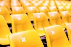 Cadeira plástica com todos os números na grande sala de conferências fotografia de stock royalty free