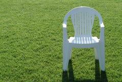 Cadeira plástica no verde Imagem de Stock