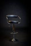 Cadeira preta do barbeiro do couro e do cromo. foto de stock