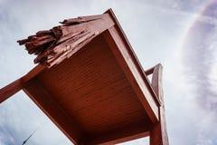 A cadeira quebrada é uma escultura monumental na madeira pelo arti suíço fotos de stock royalty free