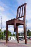 Cadeira quebrada Genebra na frente do edifício nacional unido foto de stock