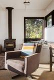 Cadeira retro do recliner da sala de estar do vintage clássico na casa de praia 70s Imagem de Stock