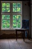 A cadeira velha e de madeira em uma sala Foto de Stock Royalty Free