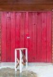 Cadeira velha e porta de madeira. Imagens de Stock