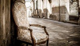 Cadeira velha em uma rua tradicional de Lecce, Itália foto de stock royalty free