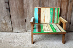 Cadeira velha na frente da porta velha Foto de Stock