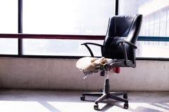 Cadeira velha quebrada na fábrica velha fotografia de stock