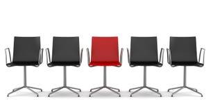 Cadeira vermelha do escritório entre as cadeiras pretas isoladas Foto de Stock Royalty Free