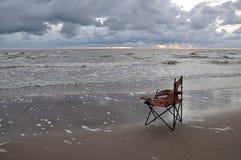Cadeira vermelha quebrada do pescador Fotos de Stock Royalty Free