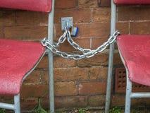 Cadeiras acorrentadas-acima, Bexhill-Em-mar, East Sussex, Reino Unido imagens de stock royalty free
