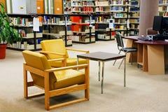Cadeiras amarelas libriry da universidade imagens de stock