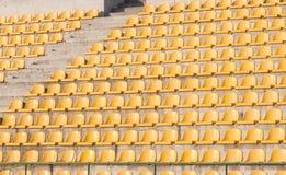 Cadeiras amarelas no campo de futebol Fotos de Stock Royalty Free