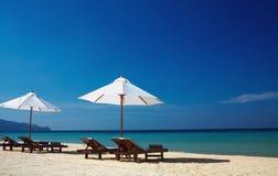 Cadeiras & oceano Imagens de Stock Royalty Free