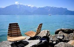 Cadeiras ao longo do lago Imagens de Stock Royalty Free