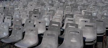 Cadeiras arranjadas diagonalmente imagem de stock