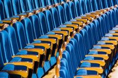 Cadeiras azuis do luxuoso com os braços de madeira no auditório Auditório vazio no teatro foto de stock
