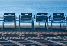 Cadeiras azuis - France - no d'Azur agradável da costa Fotografia de Stock
