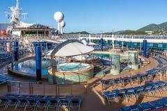 Cadeiras azuis na plataforma vazia do navio de cruzeiros Fotos de Stock